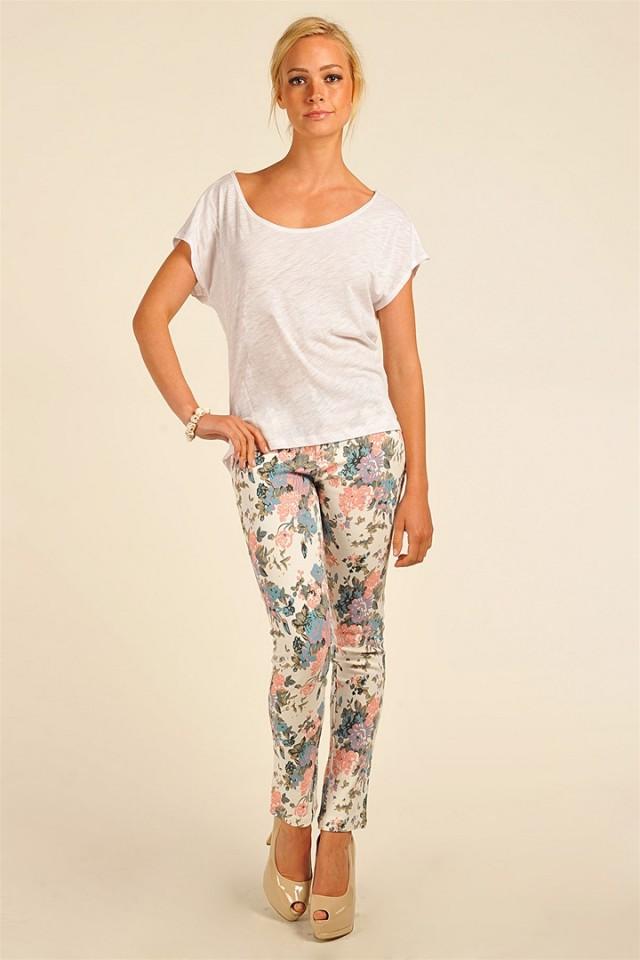NCC05282c 640x960 Steal Her Look: Miranda Kerrs Floral Pants