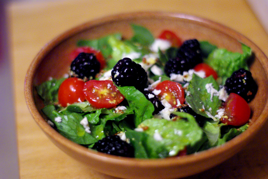 quick-easy-blackberry-tomato-blue-cheese-salad-03_zpsde85940c