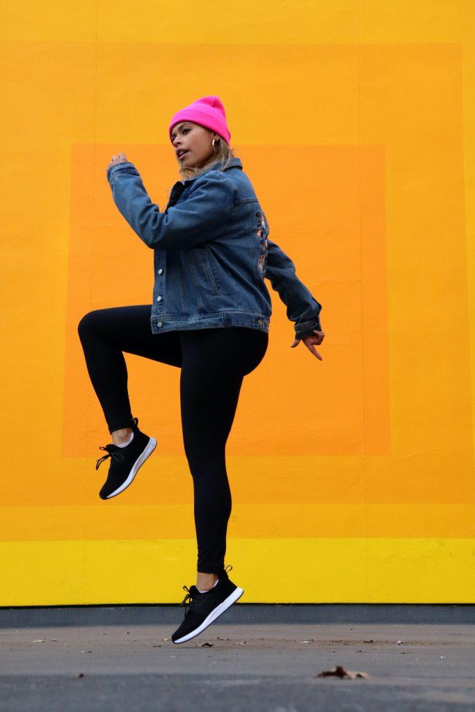 Model and blogger Amanda Raye Scozzafava in waterproof sneakers by Loom Footwear